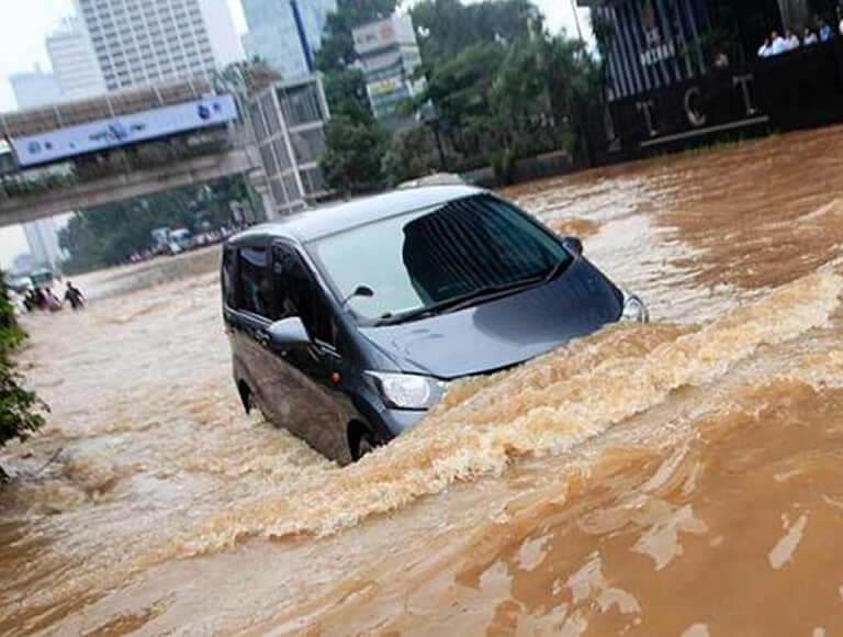 Jangan Nekat Terjang Banjir Meski Mobil Dilindungi Asuransi
