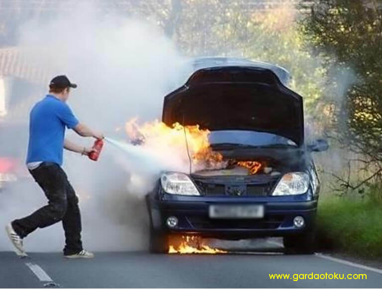 post image mobil kebakar