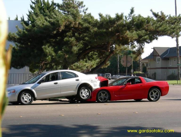 post image mobil kecelakaan